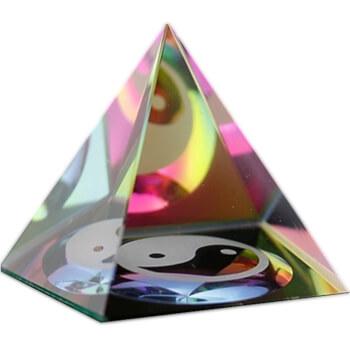 Piramida din cristal cu simbolul Yin Yang, multicolor, simbol al echilibrului