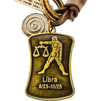 Balanta, breloc retro cu snur piele si 4 accesorii din cercuri metal, tablita cu mesaj