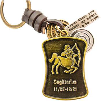 Sagetator, breloc retro cu snur piele si 4 accesorii din cercuri metal, tablita cu mesaj