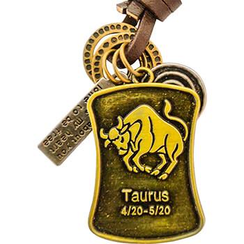Taur, breloc retro cu snur piele si 4 accesorii din cercuri metal, tablita cu mesaj