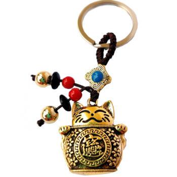 Breloc Pisica Maneki Neko, simbol feng shui de noroc si prosperitate, metal, multicolor