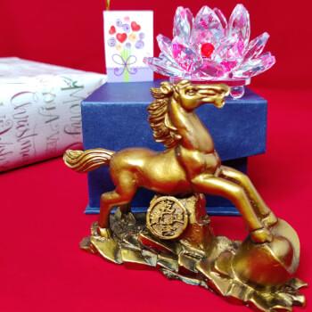 Cal pe munte de aur cu moneda norocoasa si Nufar roz de cristal, simbol pentru putere, reusite si dragoste, cadouri personalizate cu minifelicitare