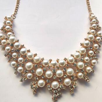 Colier statement cu perle si strasuri, 46 perle albe si 154 strasuri stralucitoare