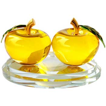 2 mere cristal sticla, simbol pace, dragoste in cuplu si armonie, set covoras antiderapant cu 2 discuri adezive si pipeta ulei aromaterapie, fixe pe suport culoare galben